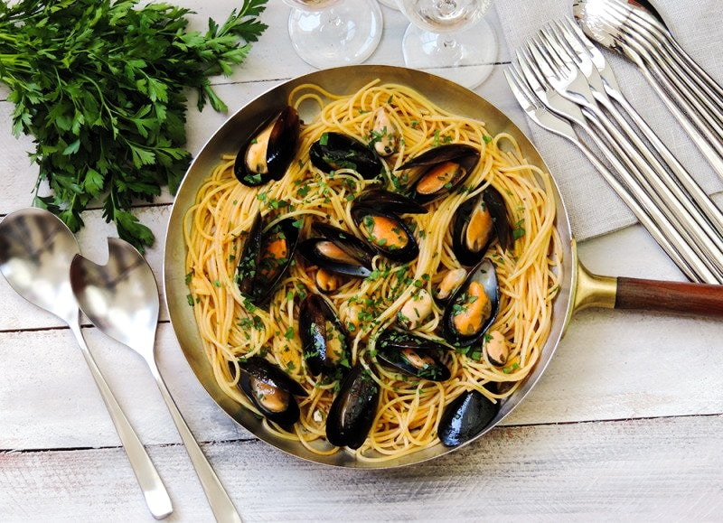 Spaghetti Pasta With Mussels and Tomato Garlic Sauce